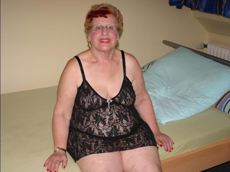 Ich bin eine 75 Jahre alte Oma und will einfach mal wissen, ob ich noch begehrenswert bin. Schaut Euch meine Bilder und Videos mal an... Über Livecam bin ich  auch zu sehen... Zeigt mir Eure dicken Lümmel, ich brauche das - Eure heisse Oma! Wie Du schon feststellen kannst, würde ICH auch gerne sehen, mit wem ich das Vergnügen habe. Hoffentlich hast Du Cam2Cam...