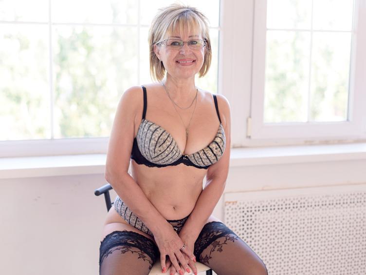 Nette Oma für heiße stundenlange Momente :)) Ich glaube, wir werden hier sehr viel Spass haben, denn meine Fantasie kennt keine Grenze....... und hoffentlich magst du sexy, sehr reife Frauen, die total auf SEX stehen :)) Um Dich heiß zu machen, zeige ich Dir gerne meinen nackten Körper und spiele mit meinem Spielzeug