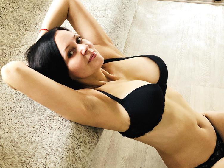 Hallo Männerwelt, ich bin fast 50 und ich habe mich hier angemeldet, weil ich etwas Abweschlung vom Alltag brauche. Die Erotikwelt ist mir gut bekannt:-) Ich glaube, ich bin schon sexsüchtig! Meine Fantasien kennen keine Grenze und ich hoffe, hier einen netten Mann zu finden, der mich einfach genießen wird:-) Ich mag lange, heiße Gespräche und mich vor der Cam präsentieren .... ohne BH!:-) Ich liebe es, mich nackt zu zeigen!