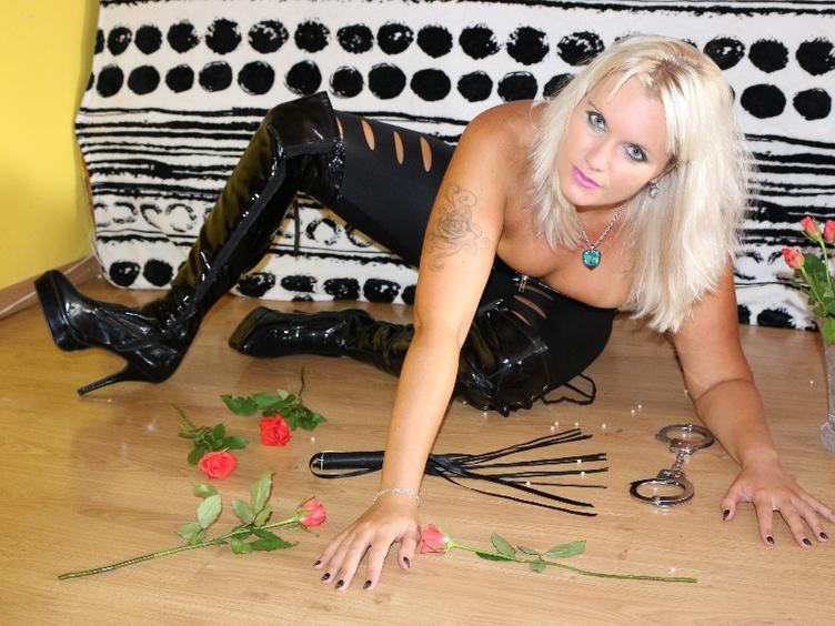 Hallo, ich bin Versaute sexy Lady Sussan. 🙂 Wenn Du Lust hast mich kennenzulernen, komm zu mir! NS spiele, anal, latex, big toys 40 x 8 cm und 36 x 6 cm :-))  Ich warte auf Dich!