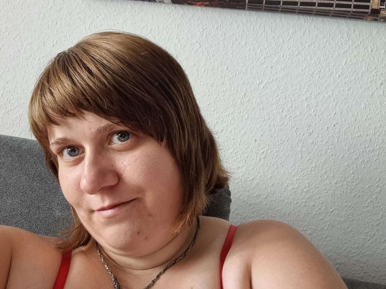 Ich bin eine brünette Lady, die ihren spaß haben möchte. Ich stehe sehr auf Männer die wissen, was sie wollen. Gegen Fesselspiele und leichten Hartcore habe ich auch keine Probleme . :)