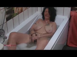 Badewanne, Brünett, Hausfrau, Orgasmus, Schamlippen, Selbstbefriedigung, Solo, Stöhnen, Naturbrüste, Vibratoren